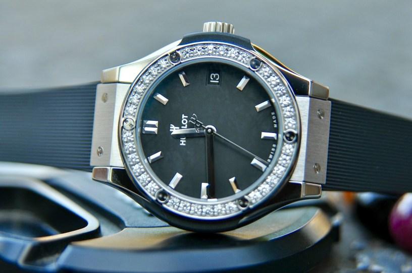 Đồng hồ Hublot với dây nhựa là điểm nhấn
