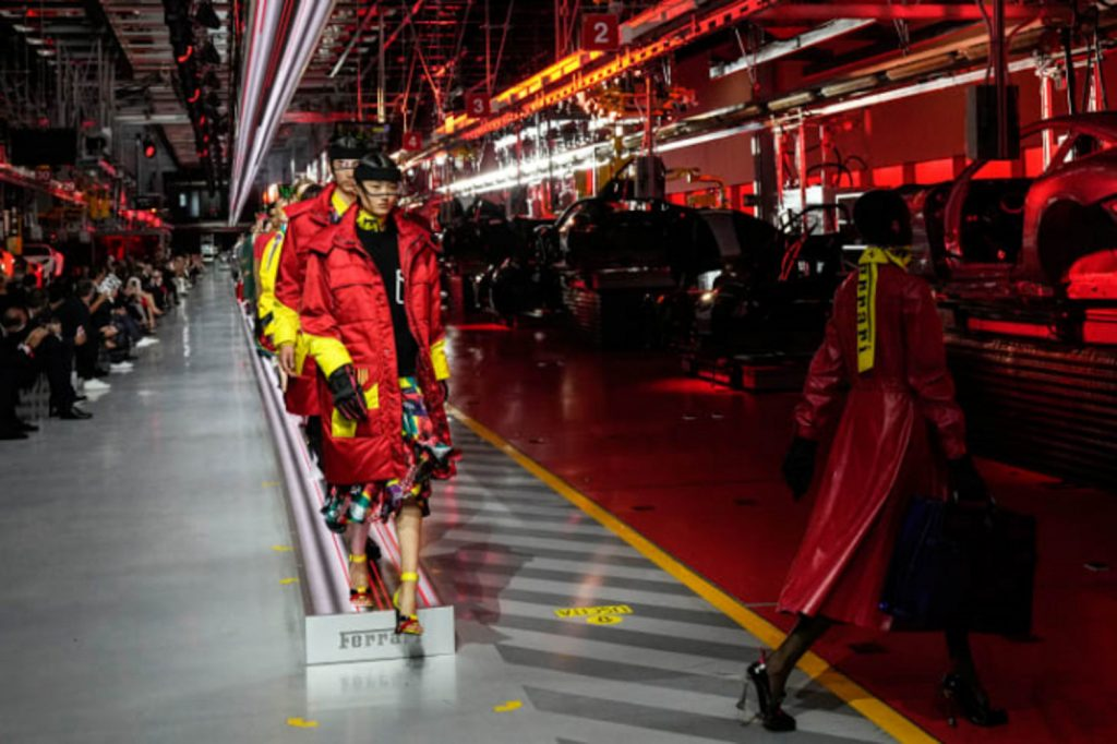 Bộ sưu tập thời trang cao cấp Ferrari đầu tiên trình diễn catwalk trên dây chuyền sản xuất tại Maranello ảnh