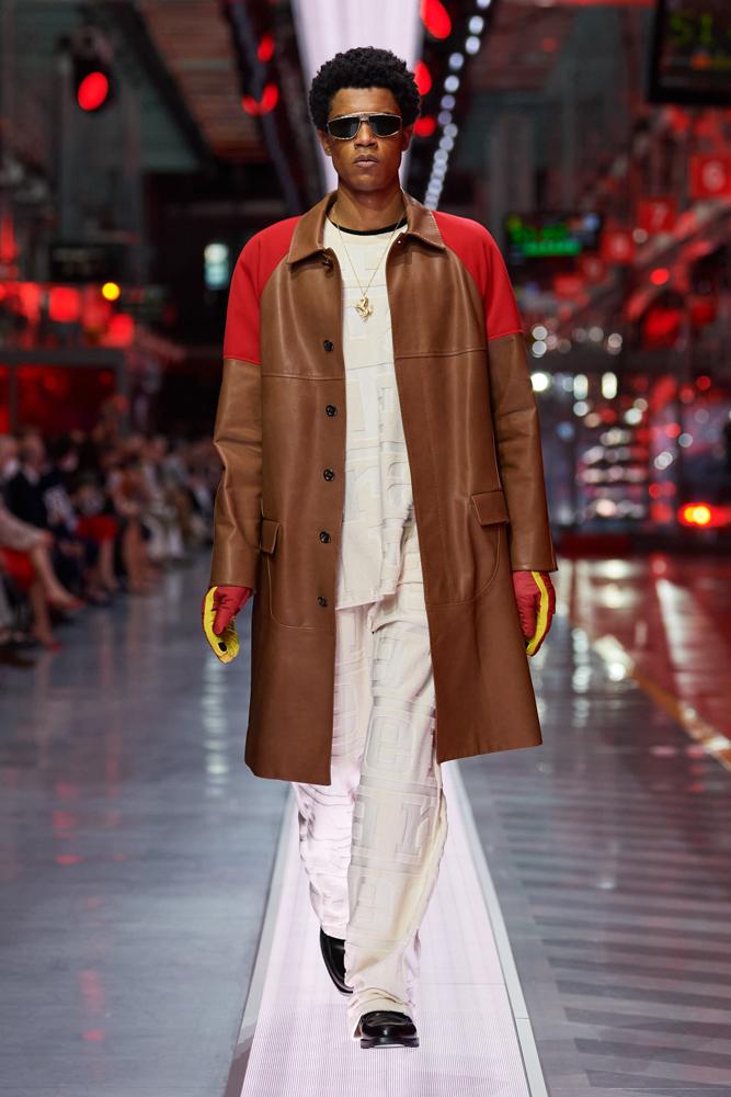 Bộ sưu tập thời trang cao cấp Ferrari đầu tiên trình diễn catwalk trên dây chuyền sản xuất tại Maranello ảnh 11