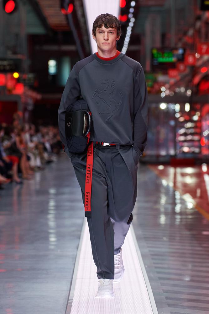 Bộ sưu tập thời trang cao cấp Ferrari đầu tiên trình diễn catwalk trên dây chuyền sản xuất tại Maranello ảnh 12