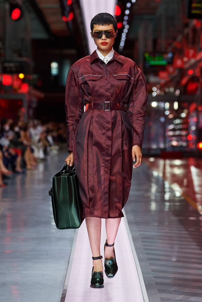 Bộ sưu tập thời trang cao cấp Ferrari đầu tiên trình diễn catwalk trên dây chuyền sản xuất tại Maranello ảnh 16