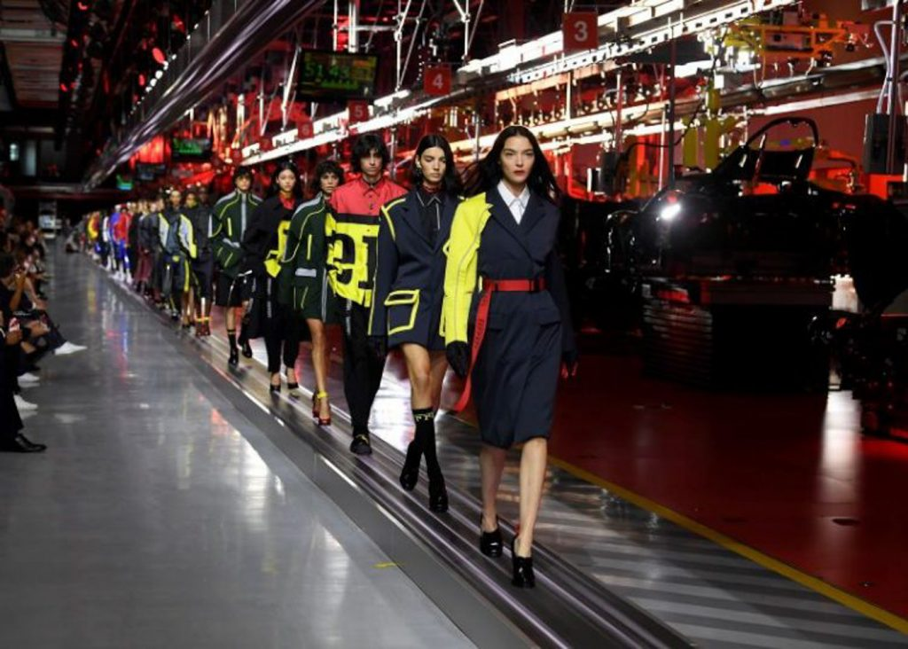 Bộ sưu tập thời trang cao cấp Ferrari đầu tiên trình diễn catwalk trên dây chuyền sản xuất tại Maranello ảnh 19