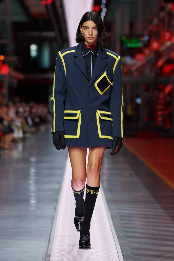 Bộ sưu tập thời trang cao cấp Ferrari đầu tiên trình diễn catwalk trên dây chuyền sản xuất tại Maranello ảnh 2