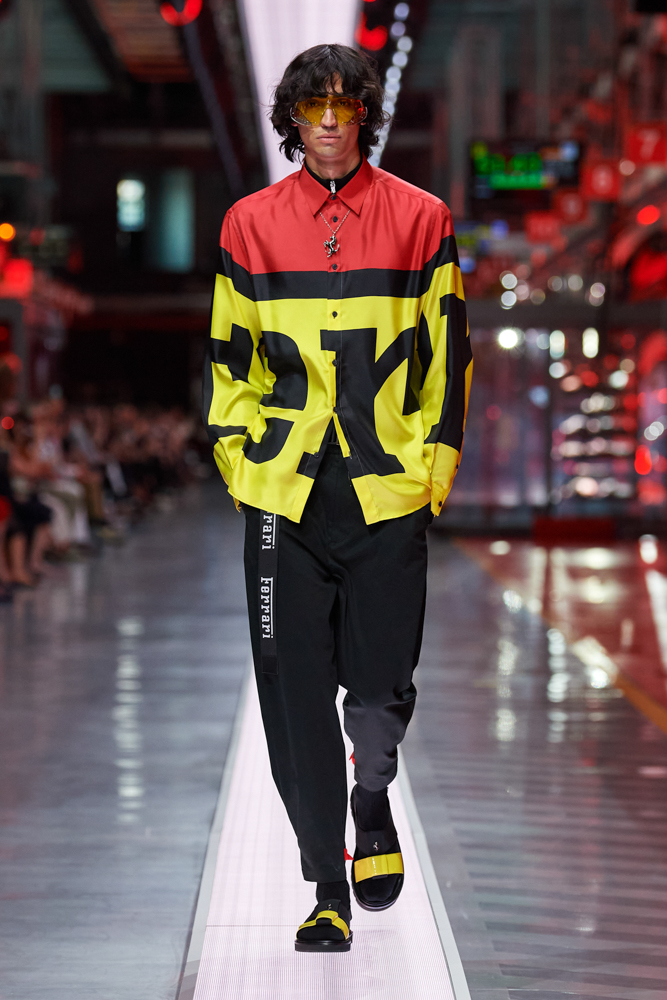 Bộ sưu tập thời trang cao cấp Ferrari đầu tiên trình diễn catwalk trên dây chuyền sản xuất tại Maranello ảnh 3